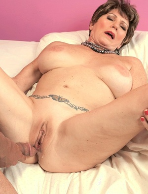 Mature woman Bea Cummins bangs her Latino lover until her gives her a creampie