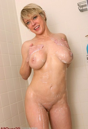 30 plus MILF Dee Williams wets her great tits and gigantic cootchie lips in shower